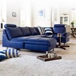 Un covor neutru si o canapea puternic colorata