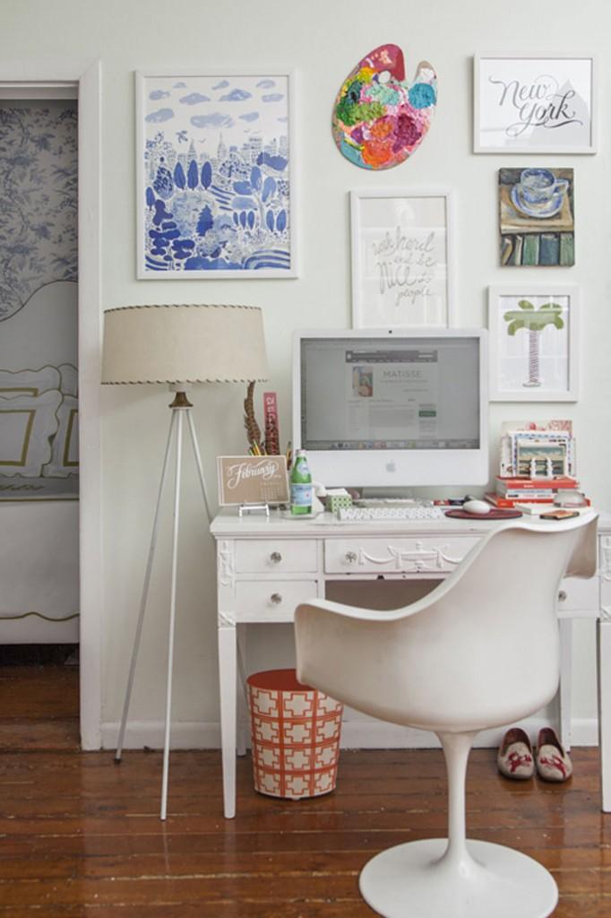 Biroul mic dintr-o camera mai mare