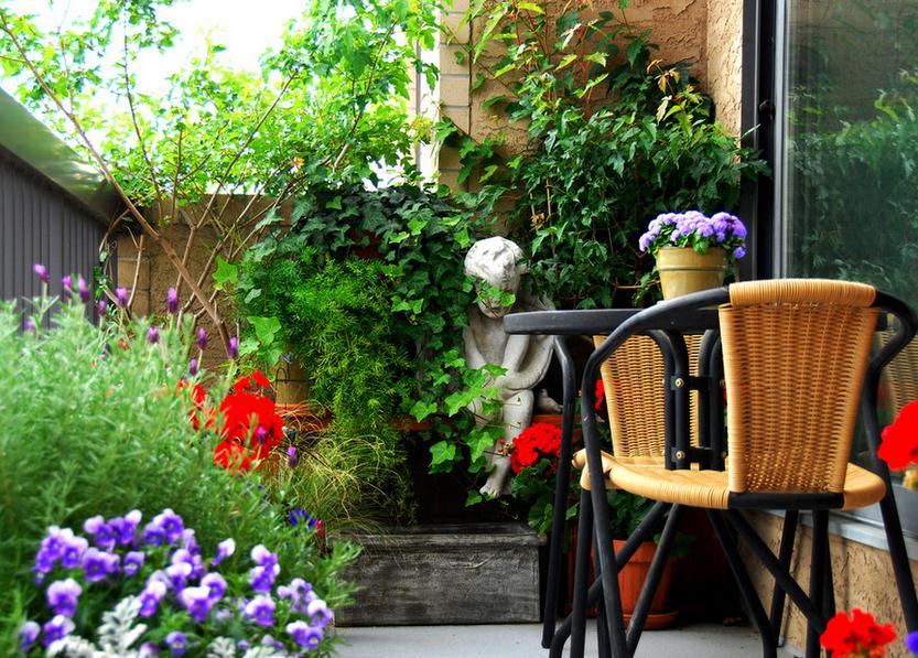 Suntem atat de obisnuiti sa folosim balconul ca spatiu de depozitare sau spatiu utilitar, incat de nenumarate ori uitam sa il consideram un spatiu placut.