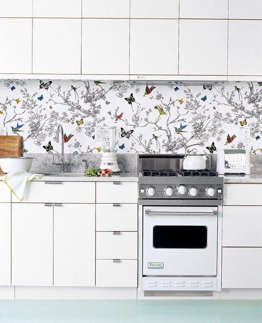 Decoreaza peretele de-a lungul chiuvetei si blatului de bucatarie